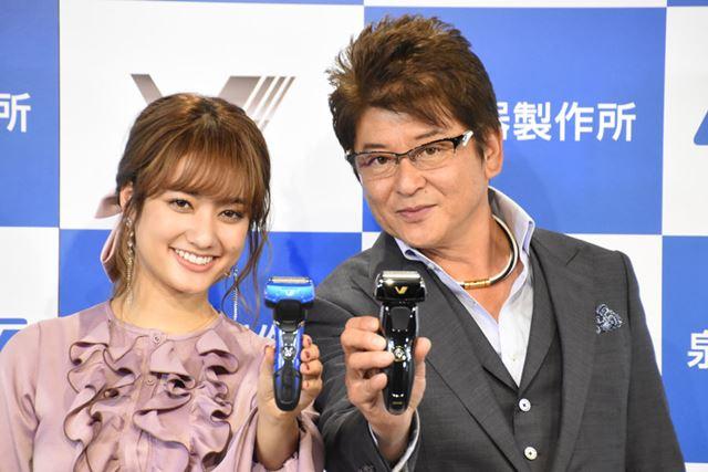 泉精器製作所の新製品発表会に登壇した俳優の哀川翔さん(右)とモデルの谷まりあさん(左)