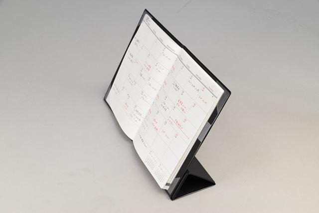 カバーを広げてスタンド機構を組み立てると自立可能。PCと並べて使えます