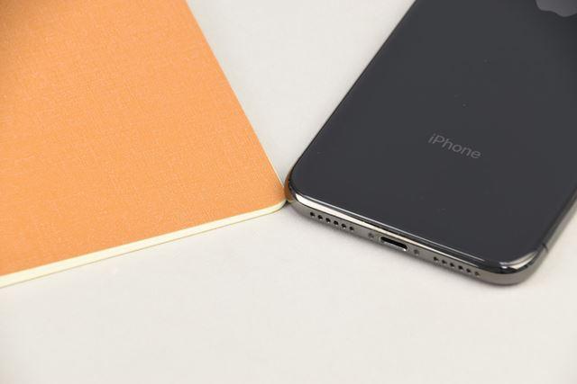 何といっても薄い! 「iPhone X」と比べると一目瞭然です。同サイズのノートとの併用も◎