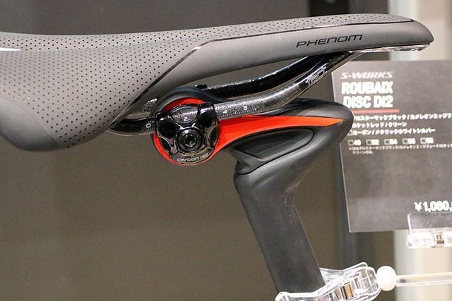 シートポストの鋭角に曲がった部分に、衝撃を吸収するエラストマーが内蔵されている