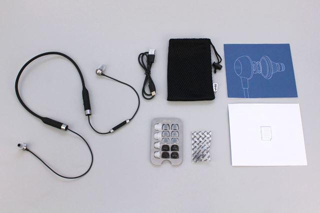 製品には、8種類のイヤーピース、キャリングポーチ、充電用ケーブルなどが付属する