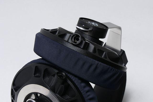 ケーブルは着脱可能な左右両出しタイプ。回転式のロック機構を備える