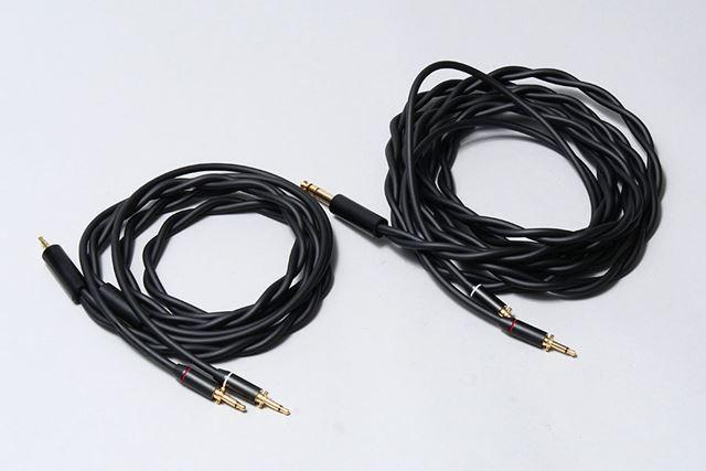 ケーブルは標準で2種類付属する。左が3.5mmステレオミニ(長さ1.5m)で、右が6.3mmの標準プラグ(長さ3m)