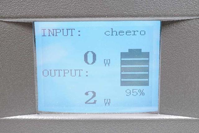 正面には液晶ディスプレイを搭載。給電量や充電量、残容量などが表示されます