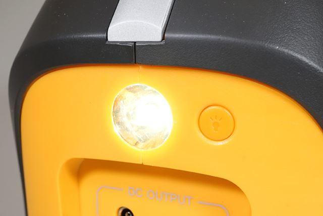 また、スイッチを押すと点灯するLEDライトも搭載。停電時や暗い野外で活躍します