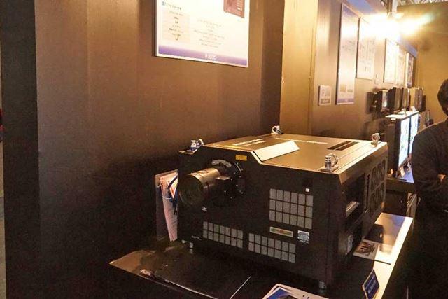 アストロデザインによる8Kレーザープロジェクター