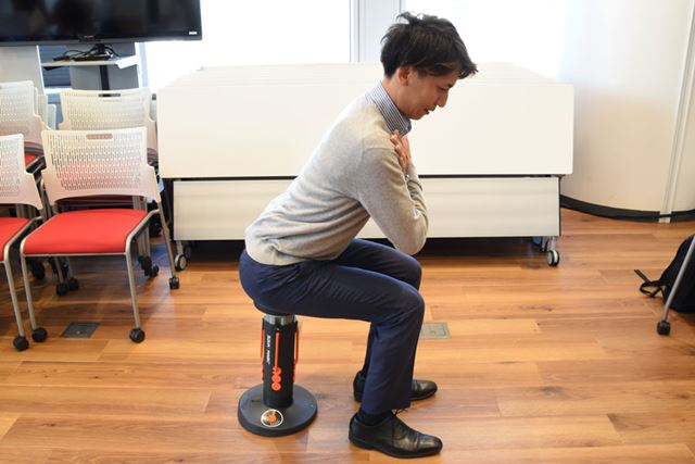 これが基本姿勢。膝が90°に曲がっている状態からスタートする。背中も丸めないように!