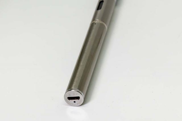 下部に充電用のmicroUSBポートがある。その下の穴はLEDで、充電中に赤く光る