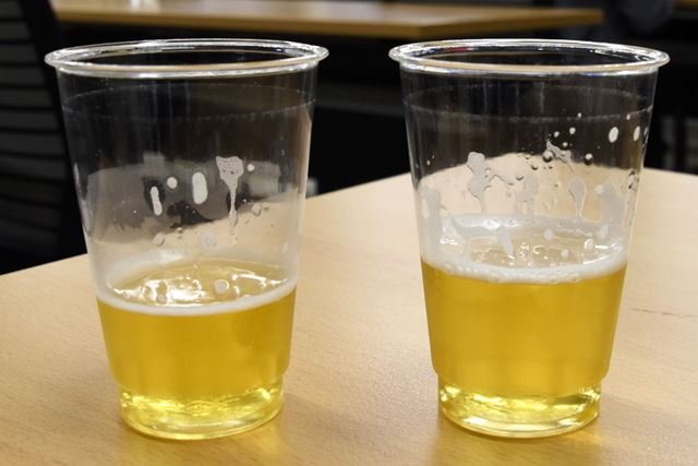 左が「キリン のどごし STRONG」で、右がサントリー「頂」。液体の色の違いはさほどなさそうだ