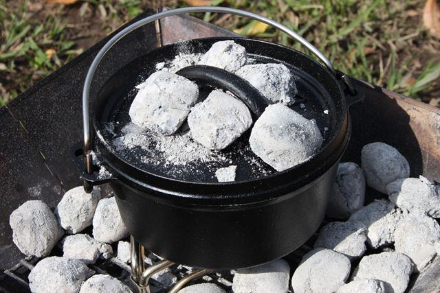 フタに熱々の炭を載せて、上下から加熱
