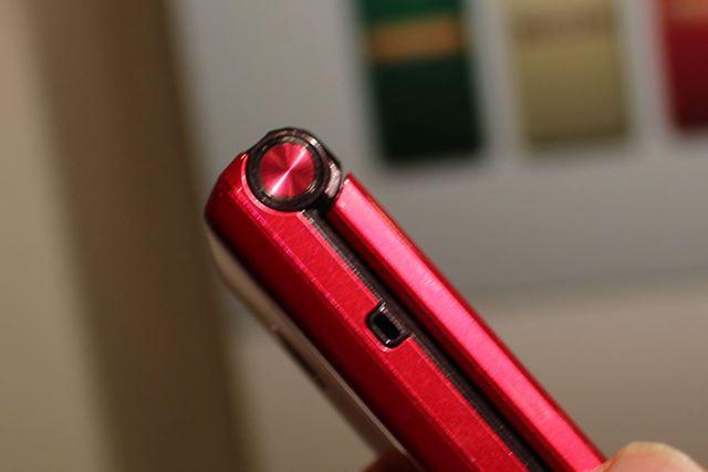 ヒンジ部分のワンプッシュボタンを押すことで画面が開き、音声通話の着信まで行える