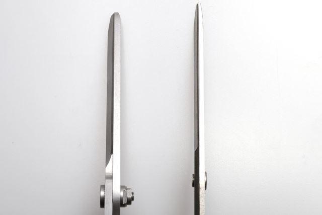 左が「エクスシザース」で、右が普通の工作用ハサミ