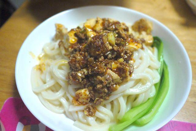 ゆでたてのうどんにぶっかけての麻婆豆腐うどんです。汁なしで食べましょう