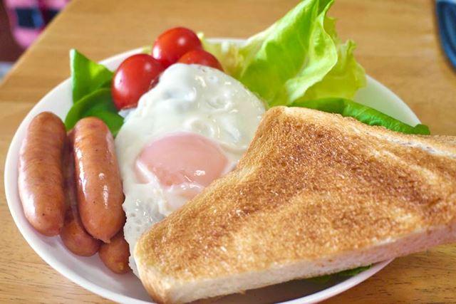 卵とパンとサラダにとっても合います。スクランブルならグリル、目玉焼きならボイルがおすすめの食べ方です