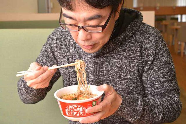 平島さん。立ち食いそばの食べ歩きが趣味で、ムック本の執筆までしているというそばの達人です