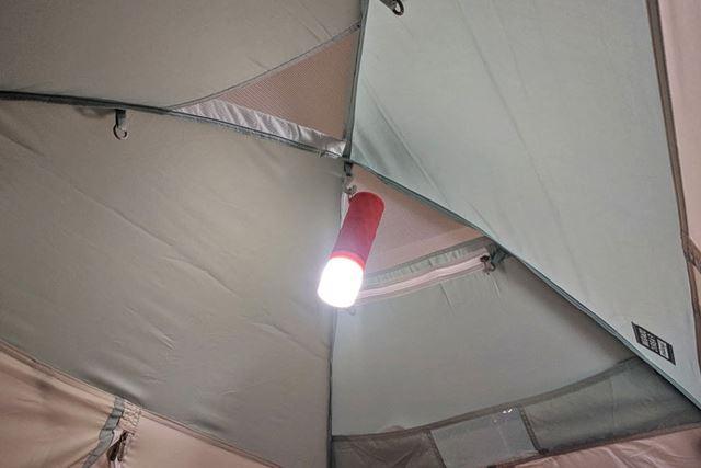 天井のフックにランプを掛けることも可能