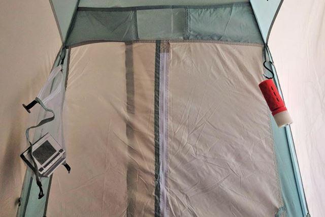 テント内上部四隅に布製の輪っかが付いています