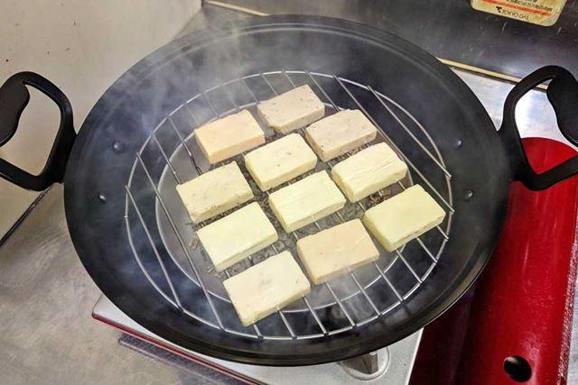 煙が出てきたら付属の網の上にチーズを並べます