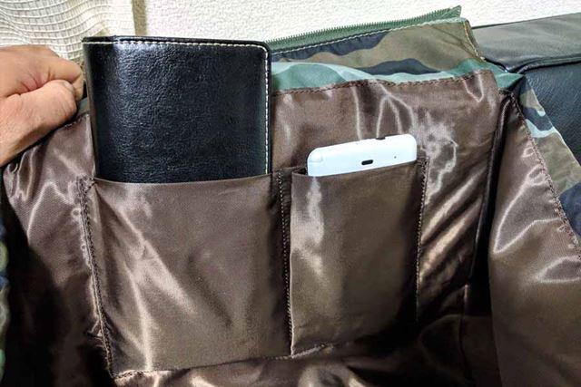 スマホなどを入れるのに最適な大小の小型ポケット