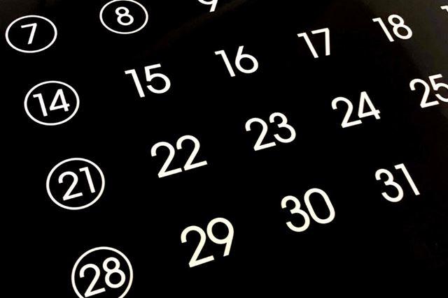 白いバックに黒の文字のカレンダーが多いですが、黒バックに白い文字はとても見やすくて新鮮ですね