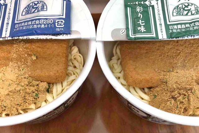 右が西日本向けで左が東日本向け。粉末スープの色も異なります