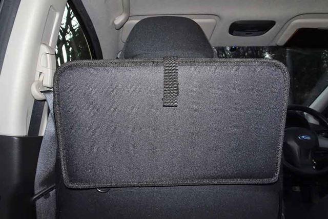 折りたたむことも可能。安全性には問題ありませんが、後席乗員の視界は少し遮られます
