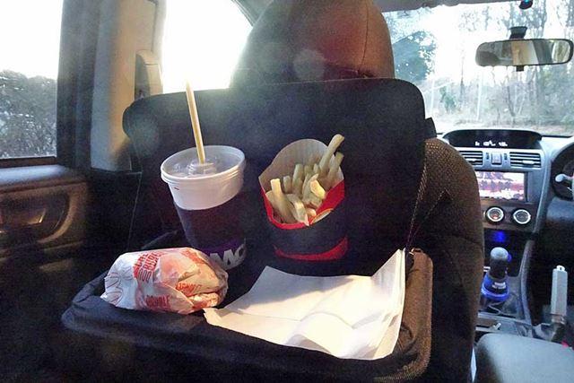 前席の背もたれの角度が変わるとトレイの角度も変わるため、前席の乗員は配慮が必要となります