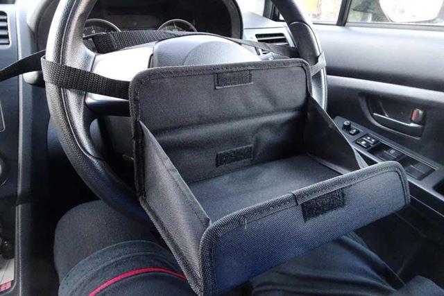 取り付けは、付属のベルトを本体に通してハンドルに引っ掛けるだけ