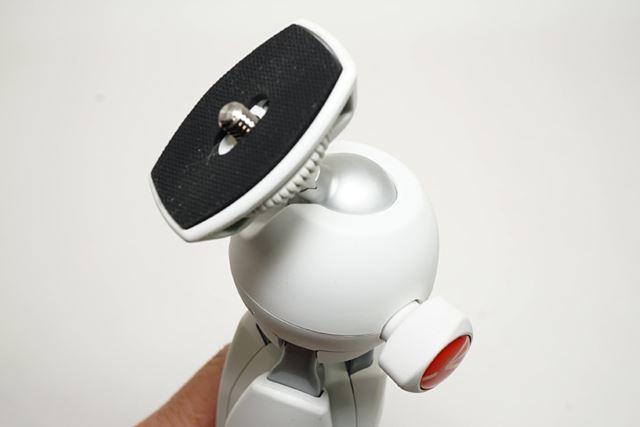 ダイヤルを回してボールの固定を緩めると自由なアングルで可動します。自由雲台ってやつですね