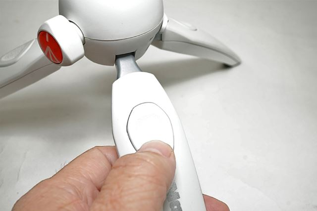 脚に付いているボタンを押すと、脚の長さが5段階で調節可能