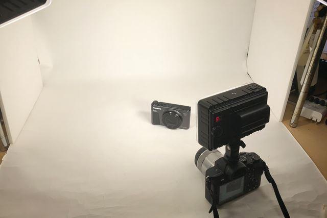 ちなみに筆者が価格.comマガジン用にブツ撮りする際は、本機を3灯使用しています