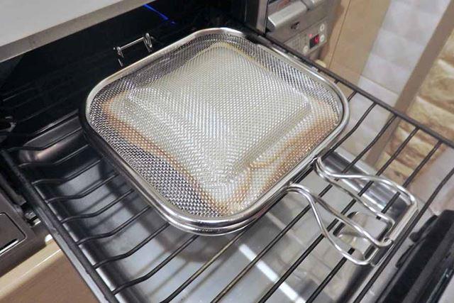 強火で1〜2分予熱した魚焼きグリルで、まずは片面を2分半ほど