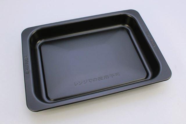 そのほか、製品にはオーブン調理用の角皿も付属します