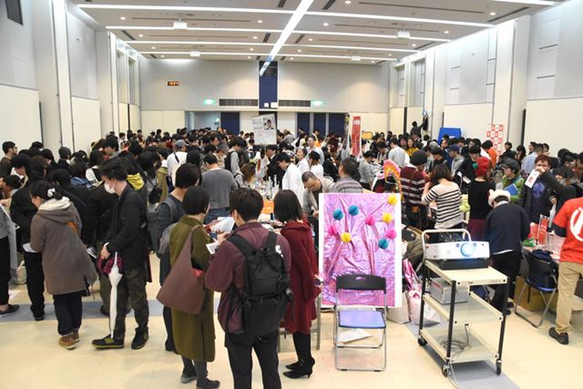 会場の様子。開催時間は12:00〜17:00でしたが、始終、写真のように大混雑!