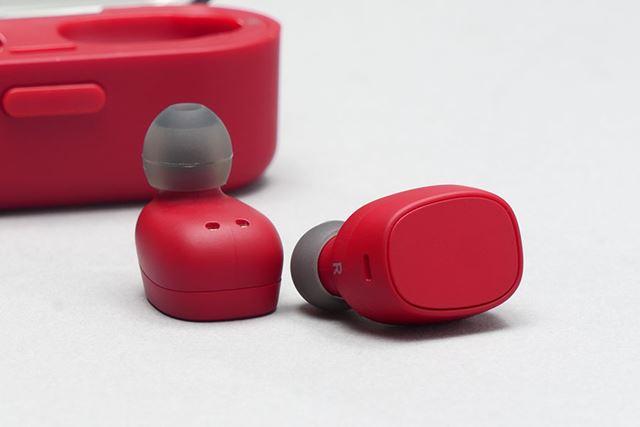 イヤホン本体の平らな面は押しボタンになっており、音楽の再生や一時停止が行える