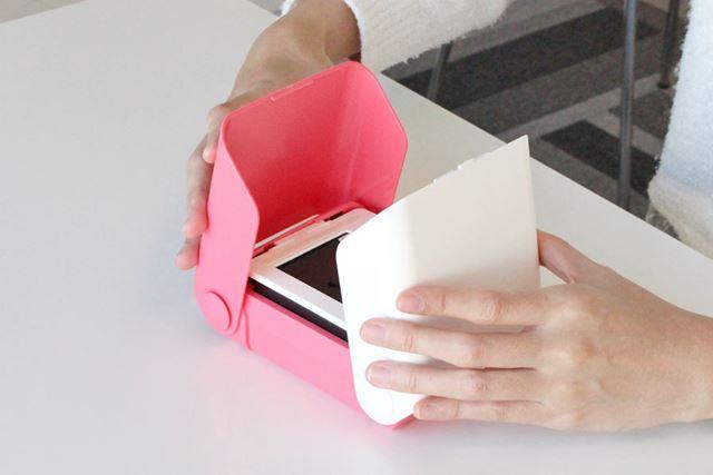 手で持っている白とピンクの部分(ウイング)を開きます