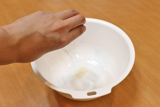 粉ゼラチンと30〜40度のぬるま湯(17g)を入れて、完全に溶かします