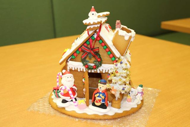 クリスマス感満載のお菓子の家完成!