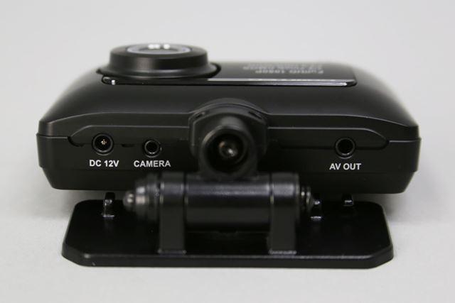 コムテック ドライブレコーダー「ZDR-015」フロントカメラ上部を撮影。DC12V 電源ジャック(左)/カメラ接続端子(左中央)/テレビ接続端子(右)
