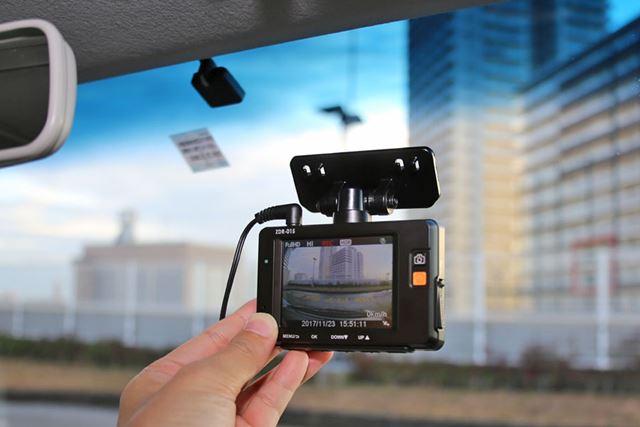 フロントカメラに付いている液晶を見ながら位置を仮決めして、角度が決まったらナットを締めていきます