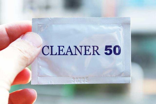 フロントガラスを拭くための脱脂クリーナーまで付属しているのは親切です。