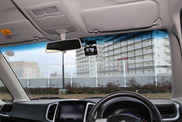 バックミラー裏の右側へドライブレコーダー「ZDR-015」を取り付けています