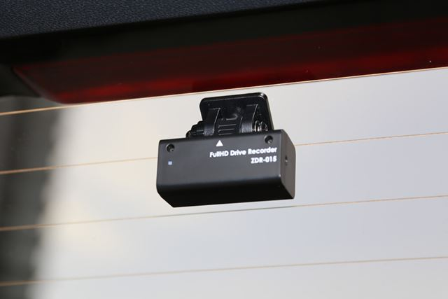 リアカメラは、熱線を避けてリアガラスへと設置します