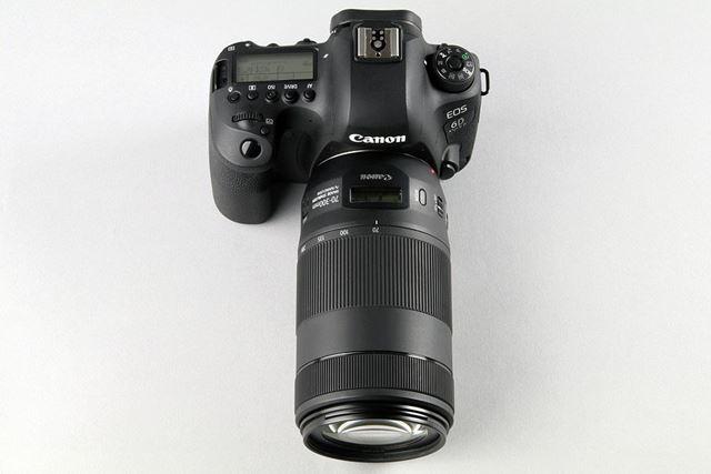 EFレンズとしては初めて、レンズ上面に液晶画面を搭載する