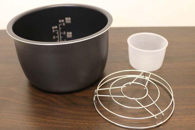 内なべに材料を入れて調理します。蒸し調理に使う蒸し台と、炊飯用の計量カップも付属