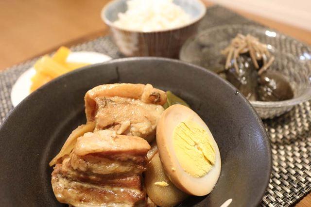 甘辛い豚の角煮にピクルスがマッチ。なすの煮びたし風は、ちょっと味がかぶりました