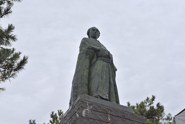 太平洋を望んで立つ巨大な坂本龍馬の銅像