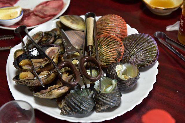 土佐の海で捕れた貝を堪能。写真右上に写っているのが長太郎貝です