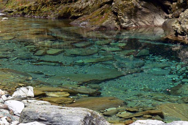 川の近くまで降りると、水の圧倒的な透明度にさらに驚きます