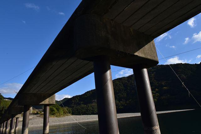 屋形船で三里の沈下橋を下からパシャリ